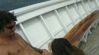 Une femme baise dans un bateau