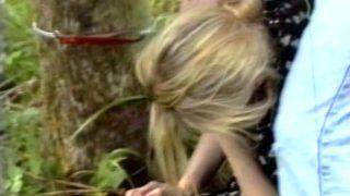 Une belle blonde baisée dans la forêt