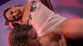Jeune femme attachée pour être baisée