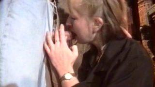 Femme mature poilue baisée au bureau
