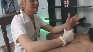 Une infirmière française qui baise avec son patient