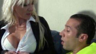 Film de cul d'une blonde mature